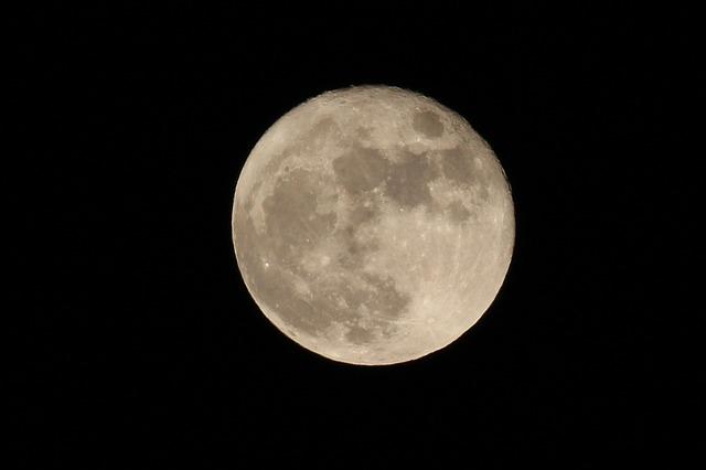 luna-1065187_640